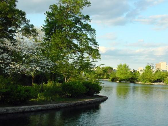 Le Centennial Park de Nashville, c'est aussi un lac et des arbres…la nature quoi ! (photo : Ryan Kaldari, licence CC, via Wikipedia)