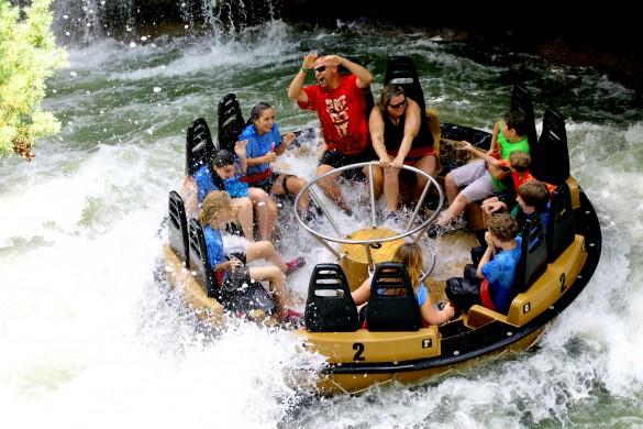 Il est presque difficile de décerner la bouée tant elle est recouverte d'eau ! (photo : Six Flags)