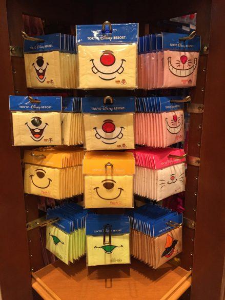 À Tokyo Disneyland, des masques anti-pollution thématisés…mais en tailles enfants :( Crédit : D.R.